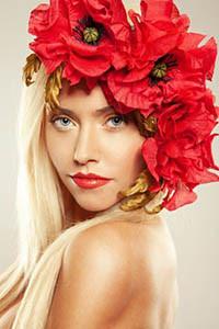 Аватар вконтакте Девушка блондинка с голубыми глазами с венком из красных маков на голове
