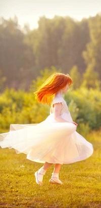 Аватар вконтакте Рыжая девочка в белом платье кружится на зеленой поляне