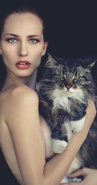 Фото девушки с котом в руках