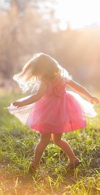 Аватар вконтакте Маленькая девочка в розовом платье кружится на зеленой поляне
