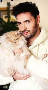 Аватар вконтакте Певец Виталий Козловский с кошкой на руках