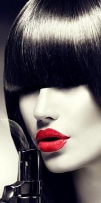 Аватар вконтакте Девушка с красными губами дует на дуло пистолета