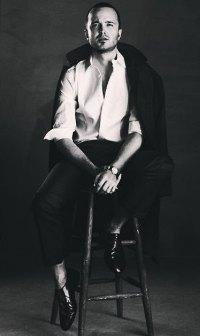 Аватар вконтакте Актер Пол Аарон в костюме на стуле