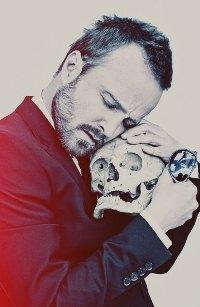 Аватар вконтакте Актер Пол Аарон с черепом на белом фоне