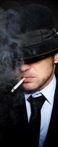 Аватар вконтакте Мужчина с сигаретой и шляпой, надвинутой на глаза