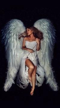 Аватар вконтакте Девушка с закрытыми глазами в белом платье с большими белыми крыльями держит в руках стрелу