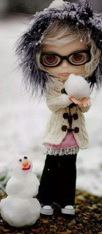 Аватар вконтакте Девочка - кукла стоит рядом со снеговиком и держит снежок в руках