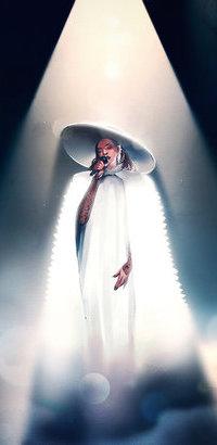 Аватар вконтакте Певица в огромной шляпе, белой меховой накидке, с микрофоном в руке, под лучами прожектора исполняет песню, исходник by kelogsloops