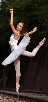 Аватар вконтакте Балерина в белой пачке делает арабеск на рельсах