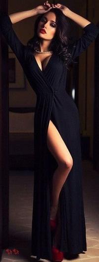 Аватар вконтакте Девушка в длинном черном платье держит руки на голове