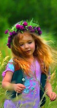 Аватар вконтакте Девочка в веночке из цветов бежит по полю, среди высоких трав