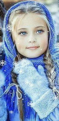 Аватар вконтакте Голубоглазая девочка блондинка стоит в зимних одеждах под падающими снежинками