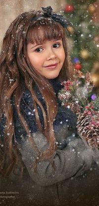 Аватар вконтакте Девочка стоит у новогодней елки под падающими снежинками, фотограф Наташа Родионова