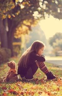 Аватар вконтакте Девочка с игрушечным мишкой сидят на траве с листвой