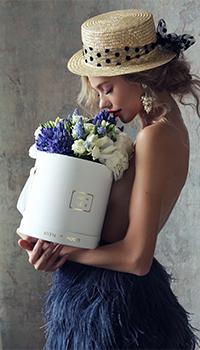 Аватар вконтакте Девушка с коробкой цветов в руках