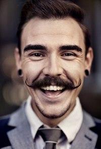 Аватар вконтакте Портрет веселого парня с усами и тоннелями в ушах
