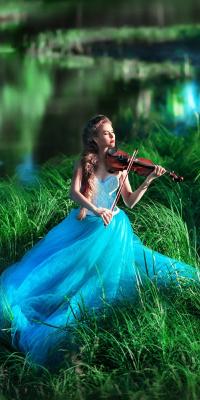 Аватар вконтакте Скрипачка Наташа Кочнева в нежно - голубом платье играет на скрипке, сидя на траве у водоема
