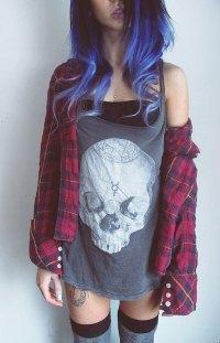 Аватар вконтакте Девушка с синими волосами в футболке с черепом