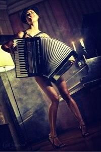 Аватар вконтакте Обнаженная девушка с аккордеоном