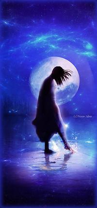 99px.ru аватар Девушка стоит в воде на фоне полной луны, by Blue Fairy