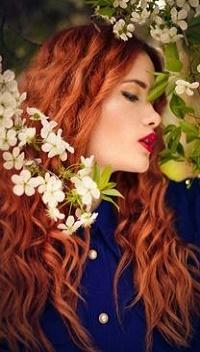 Аватар вконтакте Девушка с рыжими волосами стоит у весенней цветущей ветки