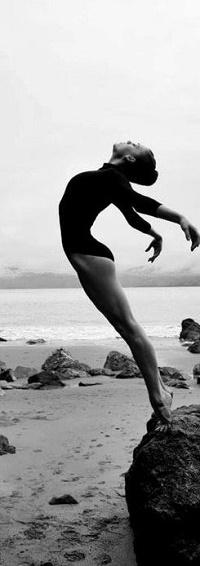Аватар вконтакте Девушка стоит на камне