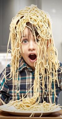 Аватар вконтакте Мальчик с открытым ртом и кучей спагетти на голове сидит перед тарелкой