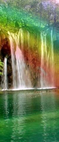 Аватар вконтакте Красивый водопад в свете радуги, играющей разноцветными сочными красками