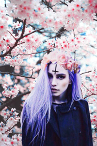 Аватар вконтакте Девушка с фиолетовыми волосами в венке из роз, с перевернутым крестом на лбу, на фоне цветущих ветвей сакуры