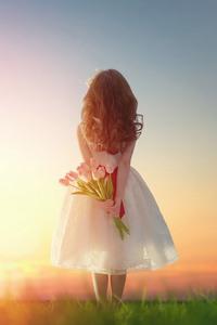 Аватар вконтакте Девочка в белом платье держит за спиной букет цветов