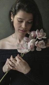 Аватар вконтакте Девушка с веточкой цветов в руках