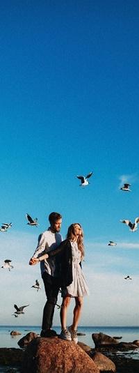 Аватар вконтакте Влюбленные стоят на камне в окружении парящих в небе птиц