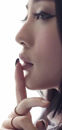 Аватар вконтакте Профиль азиатки приложившей палец к губам
