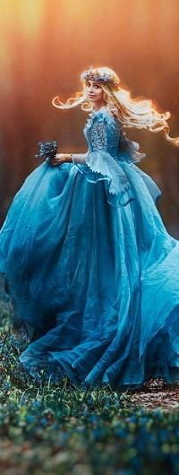 Аватар вконтакте Девушка в голубом платье с подснежниками в руках, фотограф Светлана Беляева