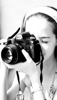 Аватар вконтакте Девочка с фотоаппаратом в руках