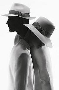 Аватар вконтакте Парень и девушка в шляпах стоят рядом