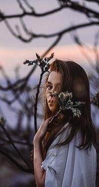 Аватар вконтакте Девушка с веточкой стоит у дерева