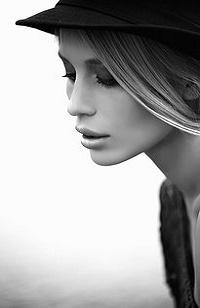 Аватар вконтакте Девушка с опущенными глазами в шляпе