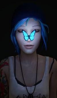 Аватар вконтакте Chloe Price / Хлоя Прайс из игры Жизнь – странная штука / Life is Strange со светящейся голубой бабочкой на носу в темноте