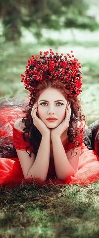 Аватар вконтакте Девушка в венке из ягод лежит на траве