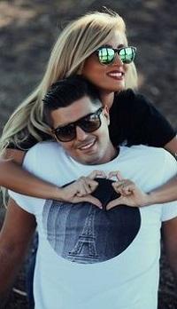 Аватар вконтакте Девушка обнимает парня, оба в солнцезащитных очках
