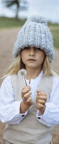 Аватар вконтакте Девочка в шапочке держит в руке одуванчик