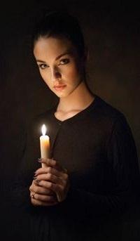 Аватар вконтакте Девушка со свечой в руке
