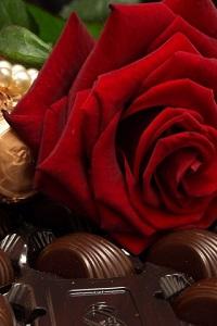 Аватар вконтакте Красная роза на шоколадных конфетах