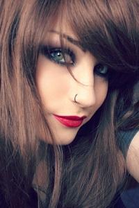 Аватар вконтакте Девушка с ярким макияжем и пирсингом в носу