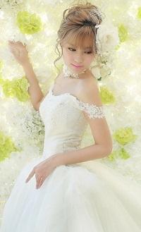 Аватар вконтакте Девушка-азиатка в свадебном наряде на фоне белых и салатовых цветов