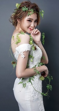 Аватар вконтакте Девушка-азиатка в белом платье и зеленых цветочках