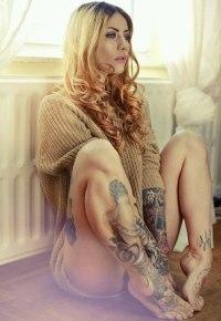 99px.ru аватар Татуированная девушка в свитере на полу у окна