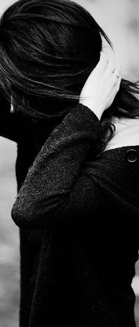 Аватар вконтакте Девушка-брюнетка в черном положила руки затылок