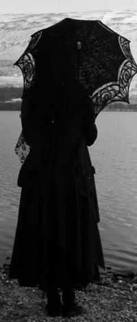 Аватар вконтакте Девушка с кружевным зонтиком стоит на берегу озера